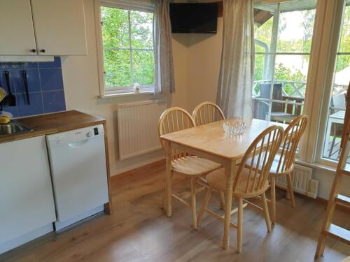 6 bed house kitchen table